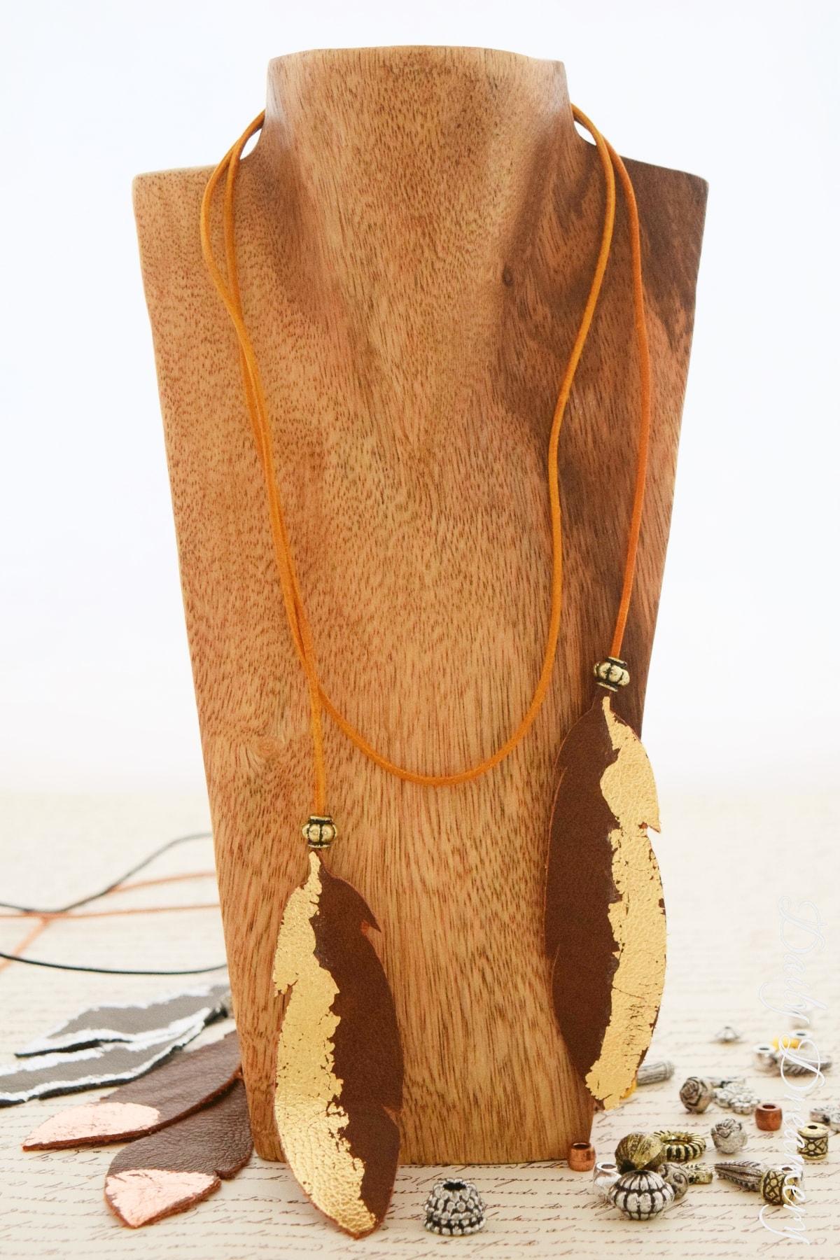 Kette aus Leder mit Federn und Blattmetall