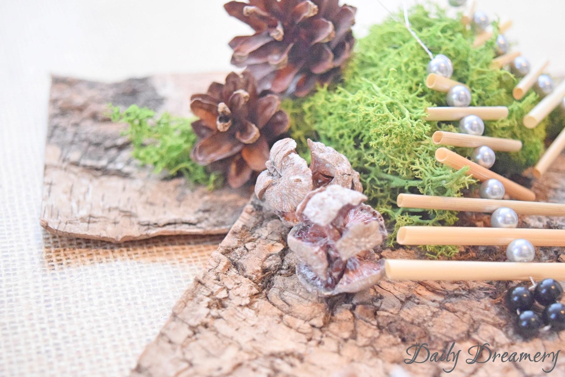 Dekohaenger Weihnachtsbäumchen aus Stroh und Perlen