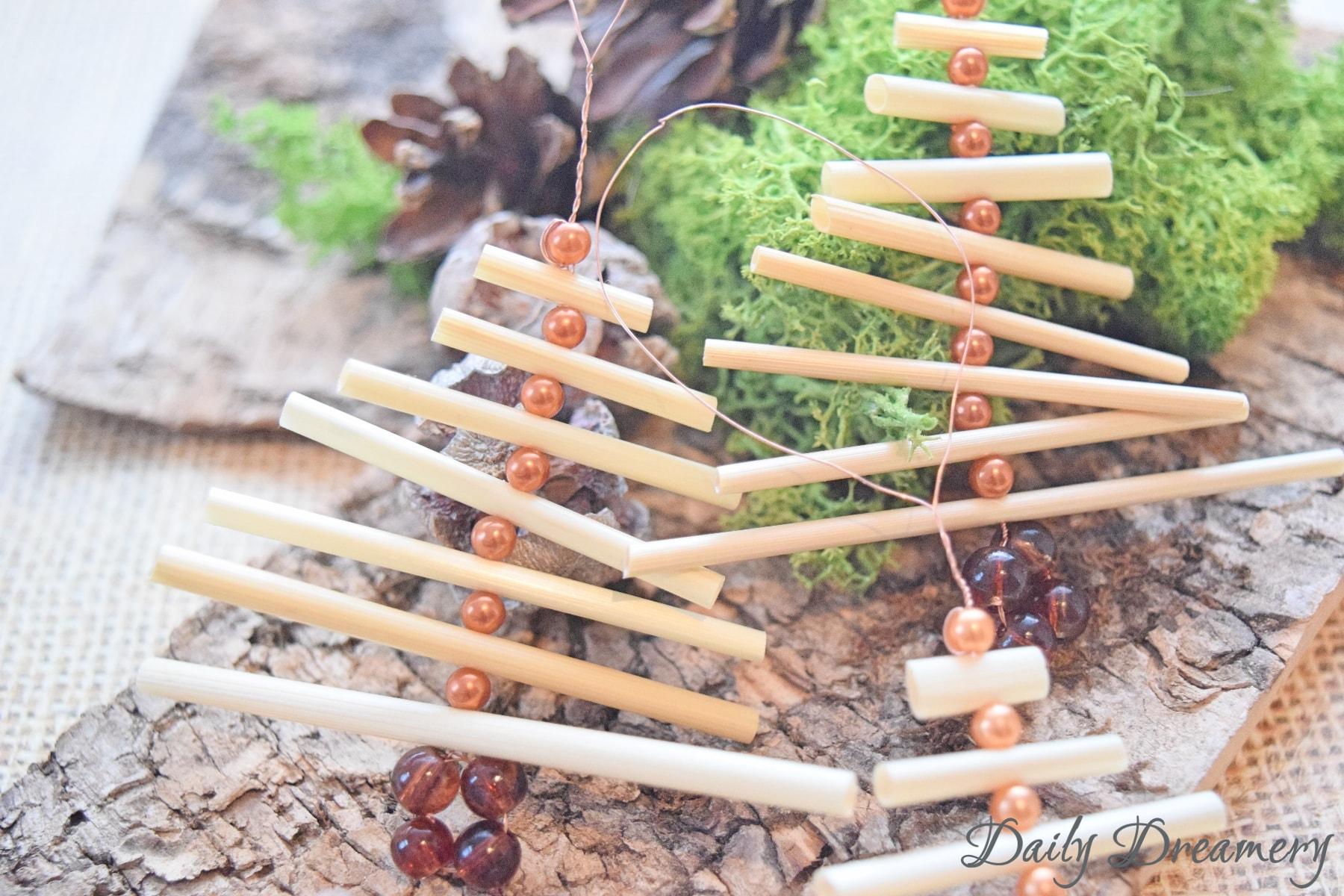 Dekohaenger Weihnachtsbaum aus Stroh und Perlen