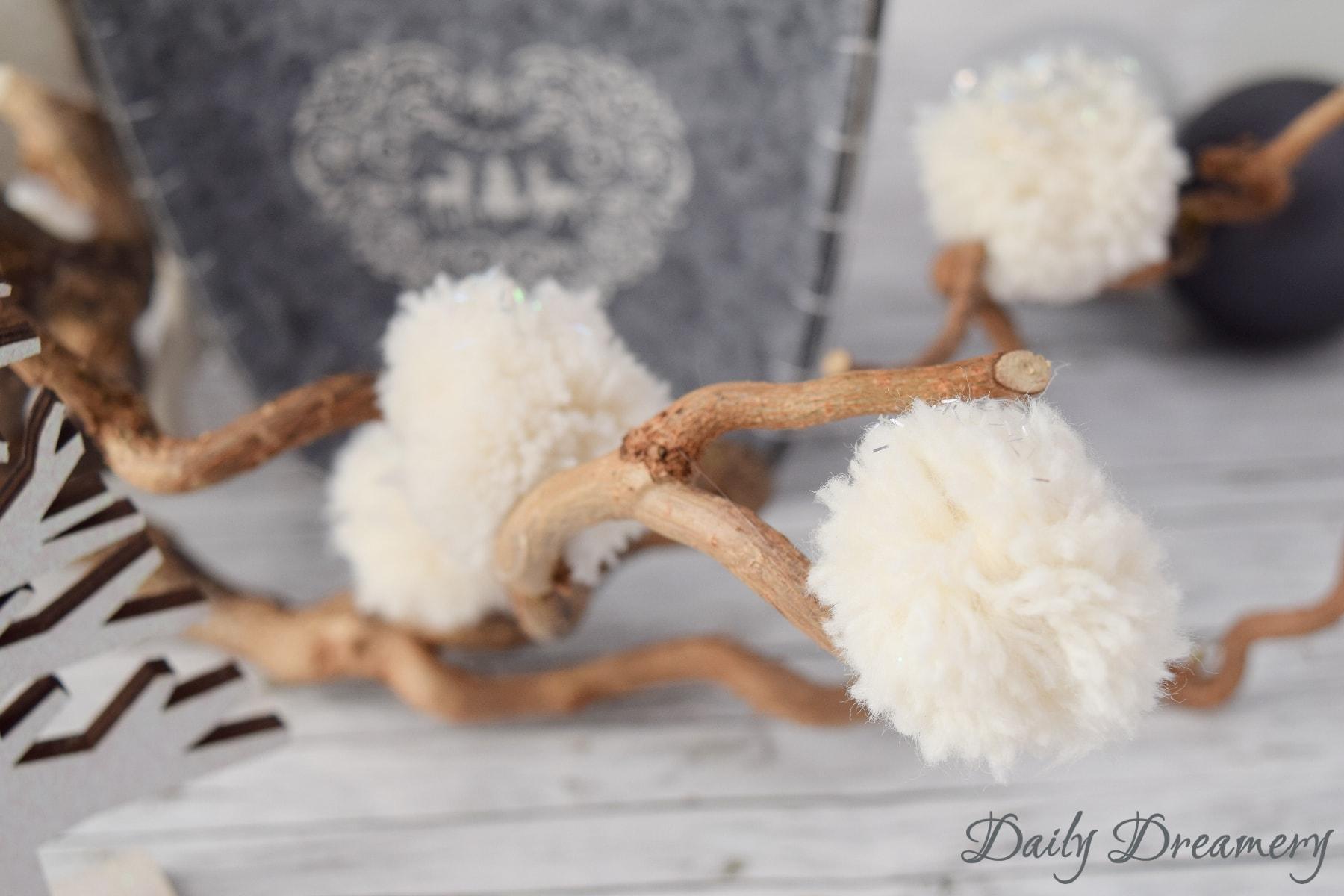 winterliche schneeb lle aus wolle pomponsliebe daily dreamery. Black Bedroom Furniture Sets. Home Design Ideas