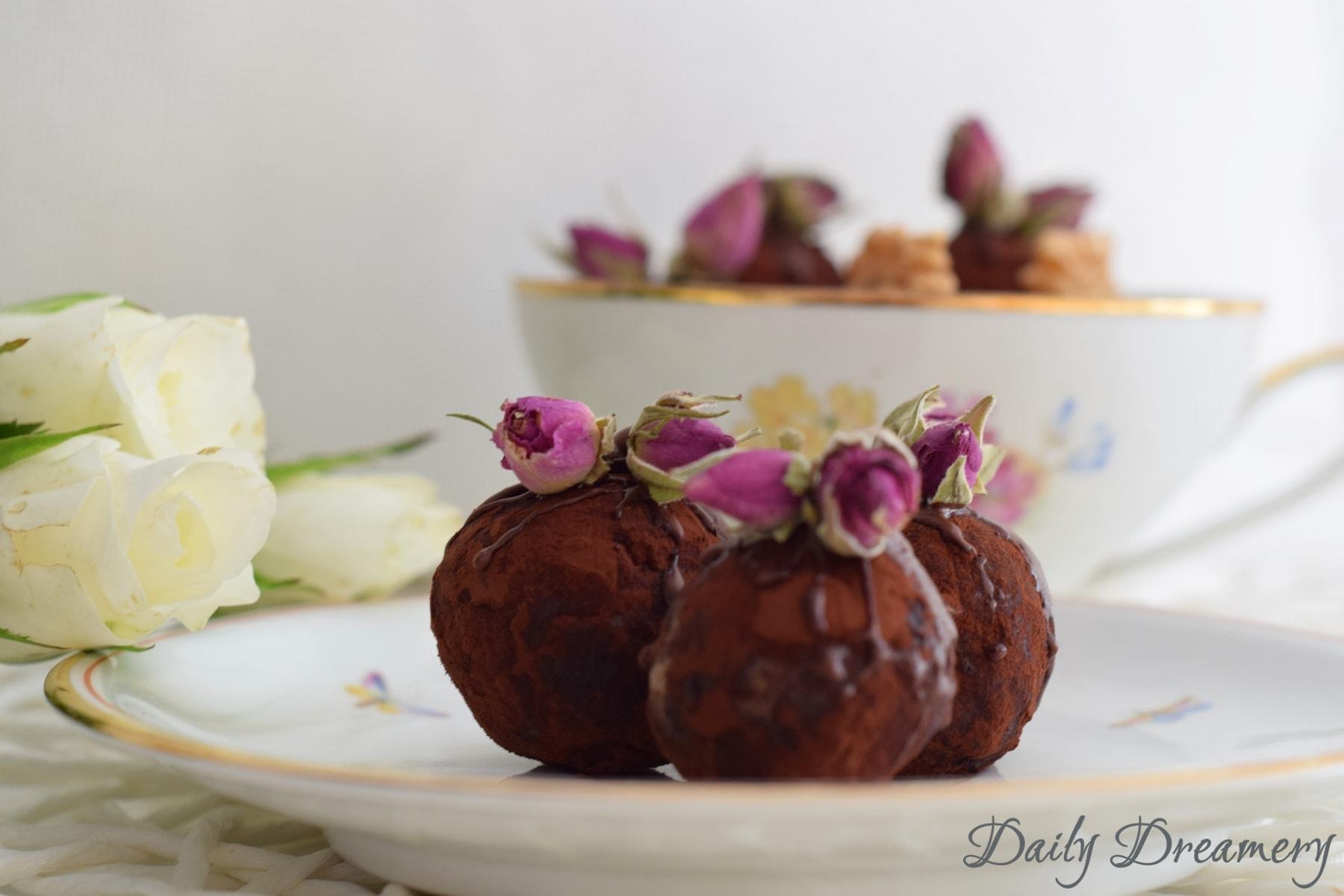 Marzipan-Pralinen mit Walnuss und Rosenwasser