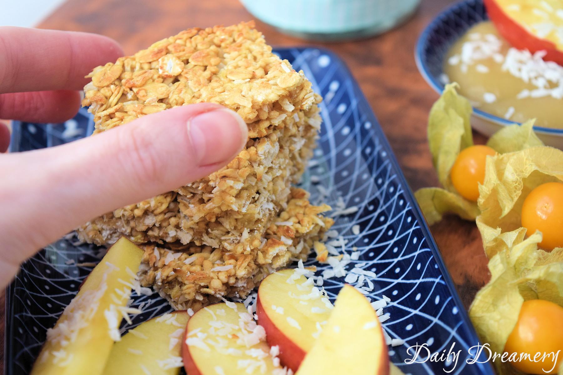 Müsliriegel mit Apfel und Kokos
