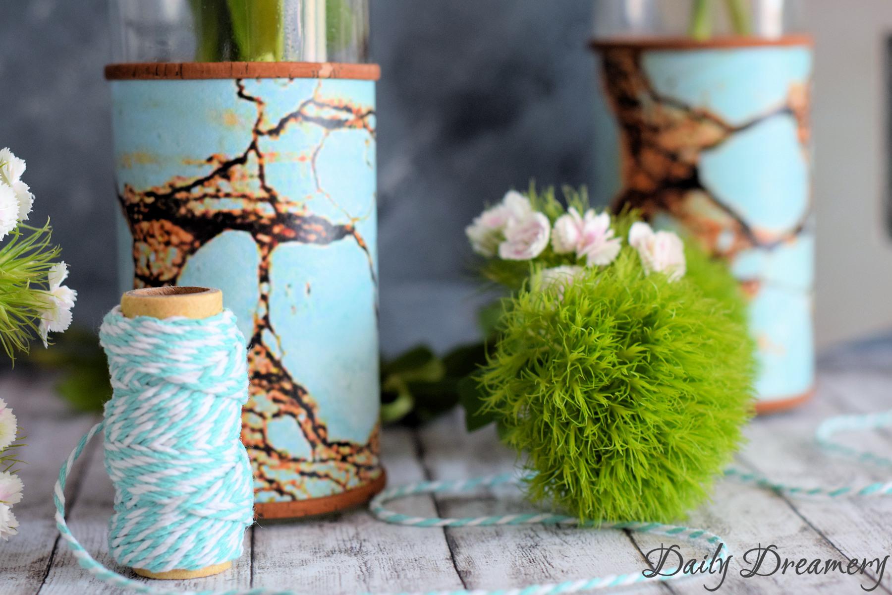 Moderne Design-Vase mit Klebefolie und Kork