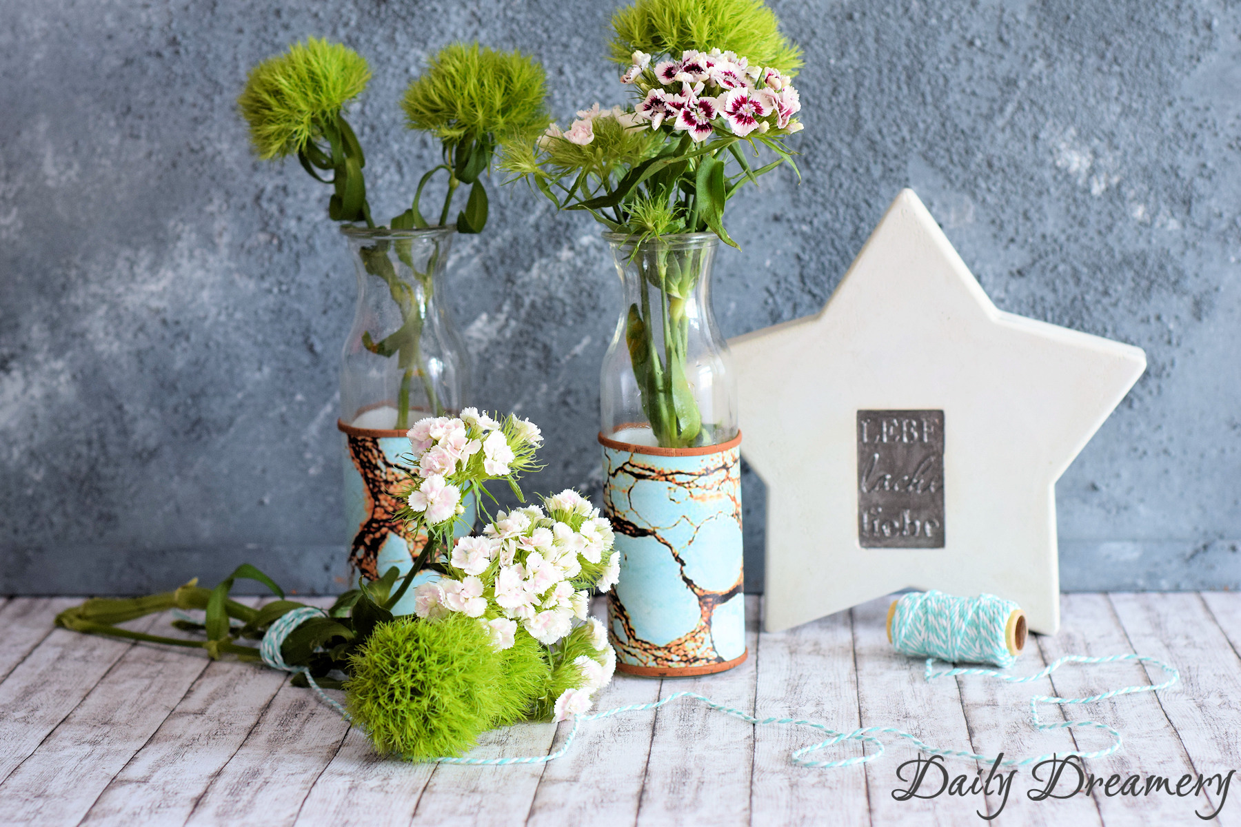 Moderne Design-Vase mit Klebefolien und Korkband