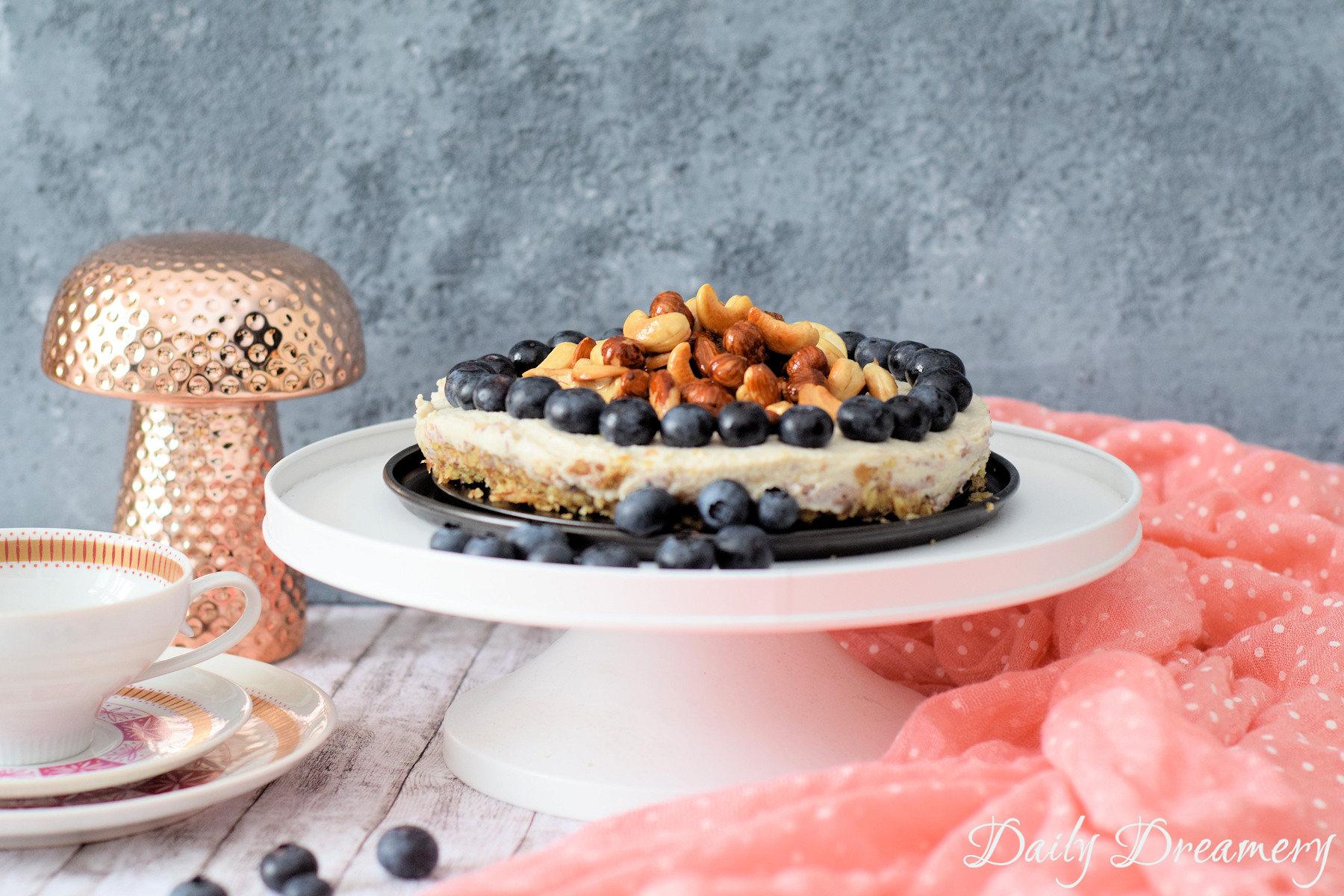 veganer No-Bake-Cheesecake mit karamellisierten Nüssen - roh, vegan, clean und superleckerveganer No-Bake-Cheesecake mit karamellisierten Nüssen - roh, vegan, clean und superlecker