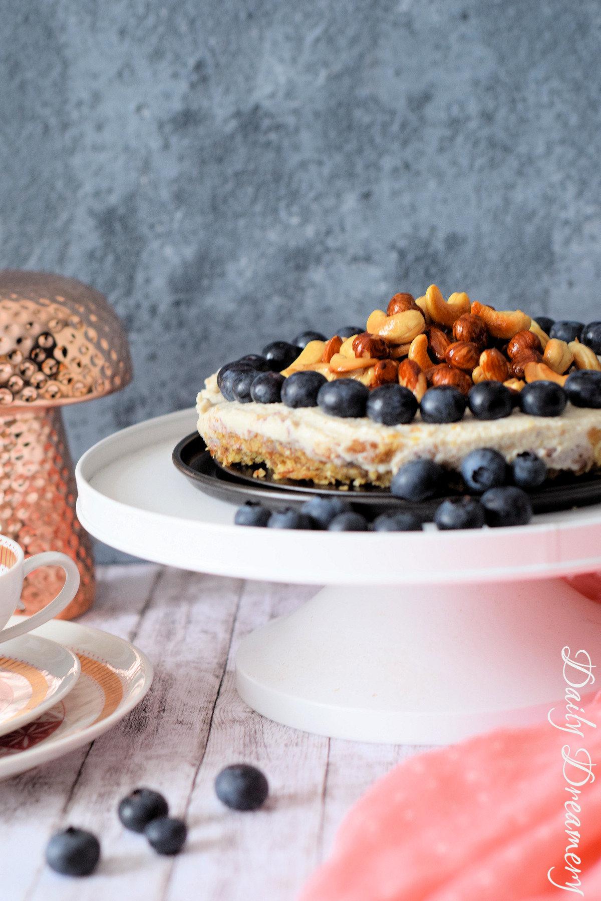 veganer No-Bake-Cheesecake mit karamellisierten Nüssen - roh, vegan, clean und superlecker
