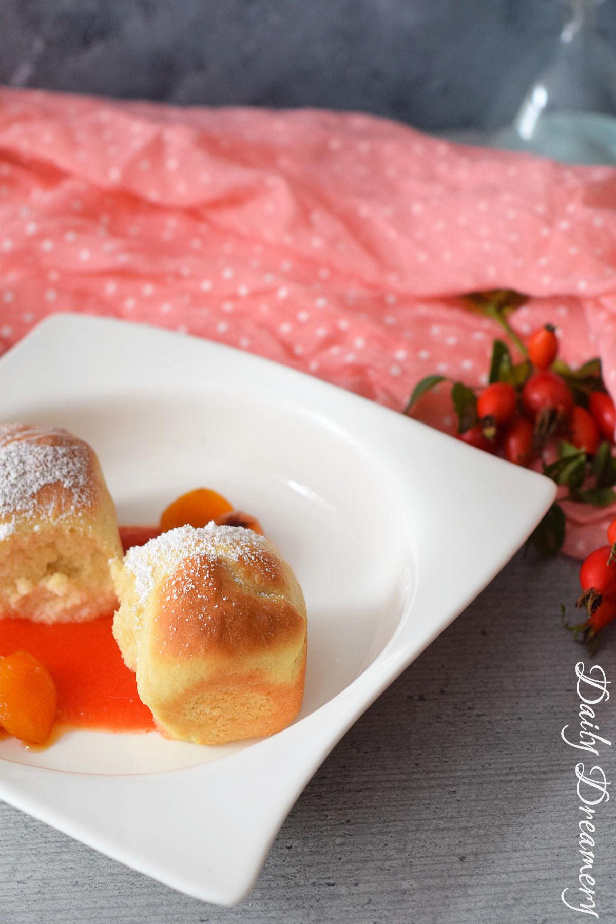 Rezept für selbstgemachte vegane Vanillebuchteln mit exotischem Papaya-Fruchtspiegel und karamellisierten Aprikosen