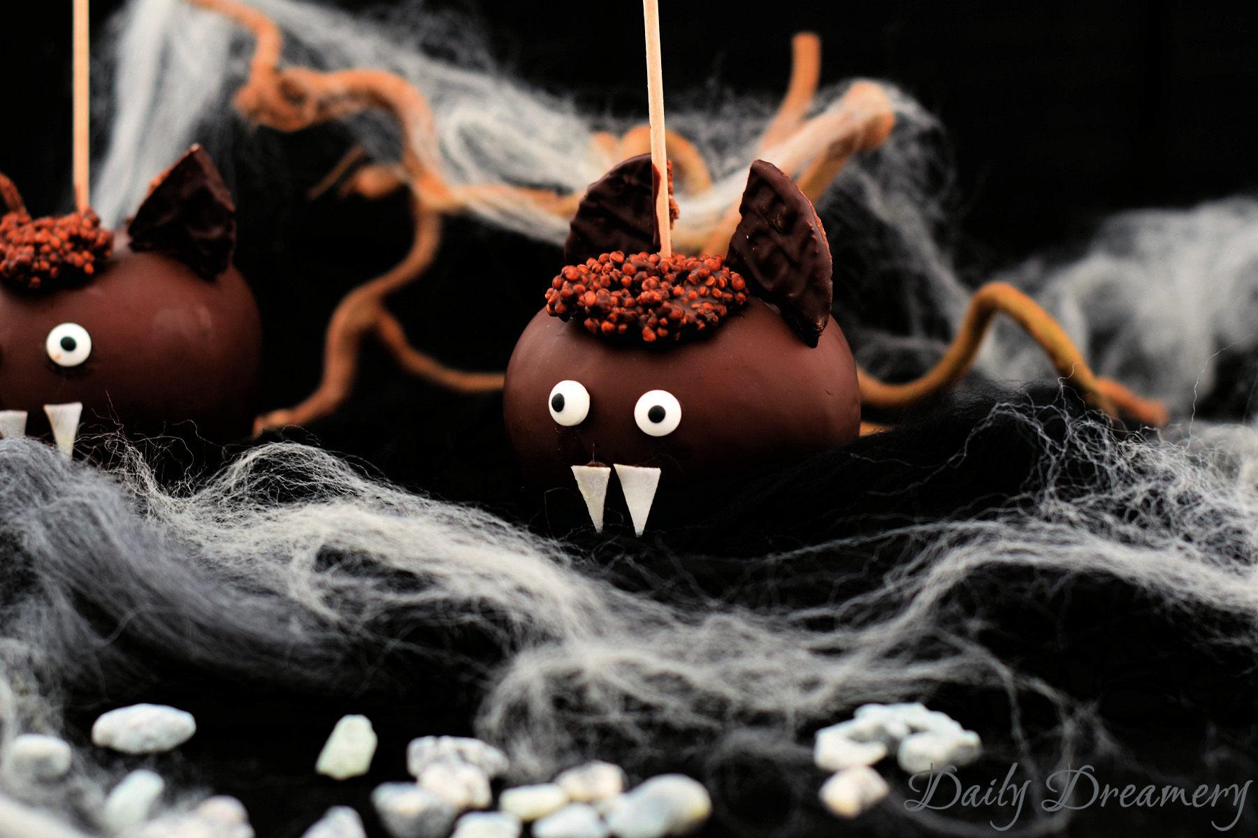 Schoko-Apfel Fledermaus - perfekter Snack für Halloween-Partys. Die kommen ganz sicher bei Groß und Klein an. #Halloween #Snack #