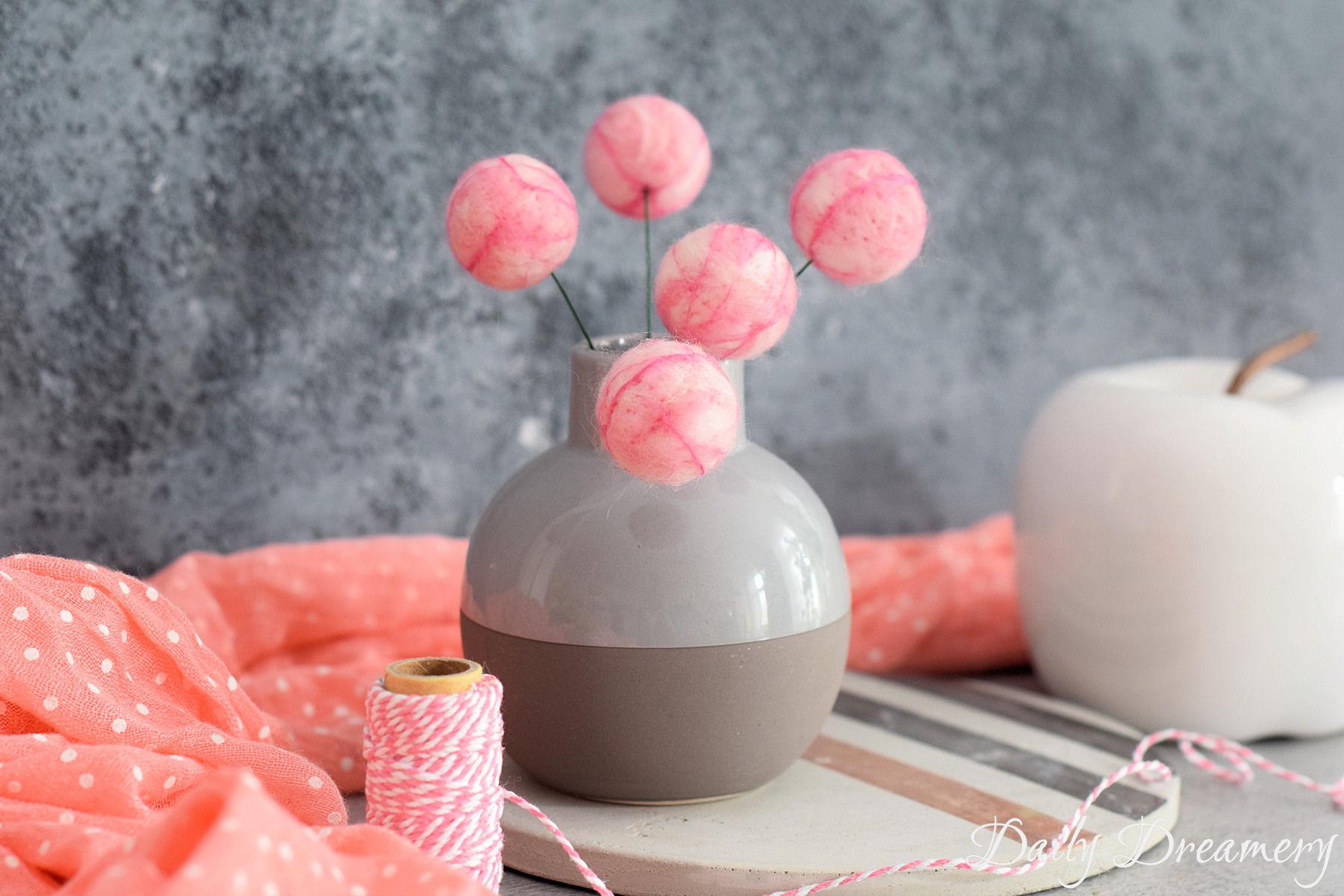 nie verblühende Deko-Blumen aus Filz ganz einfach selber filzen. Die kugeligen Farbtupfer verschönern jeden Raum. DIY-Anleitung #diy #filz #dekoration