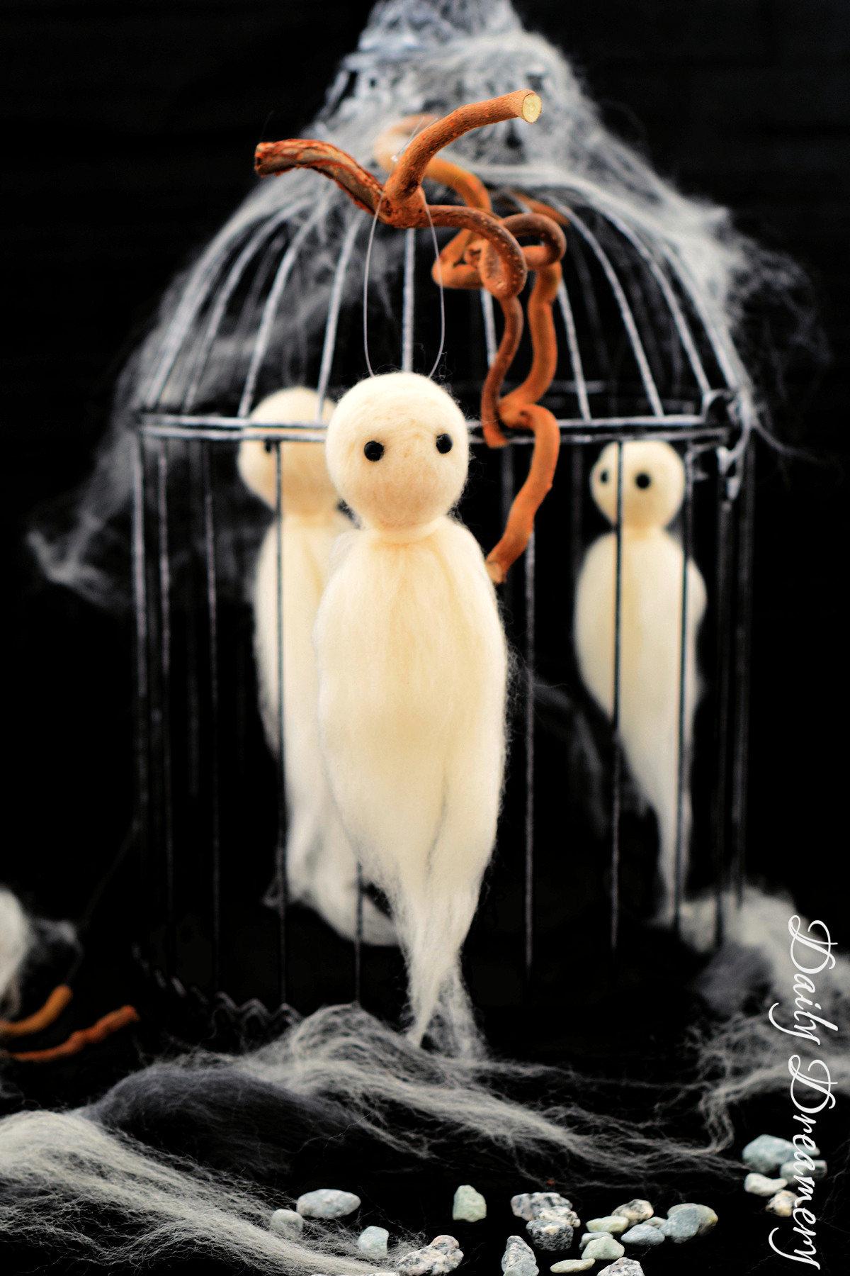 schsurig-süße Filz-Geister ganz einfach trockenfilzen - witzige Halloween-Dekoration #trockenfilzen #Halloween #Dekoration
