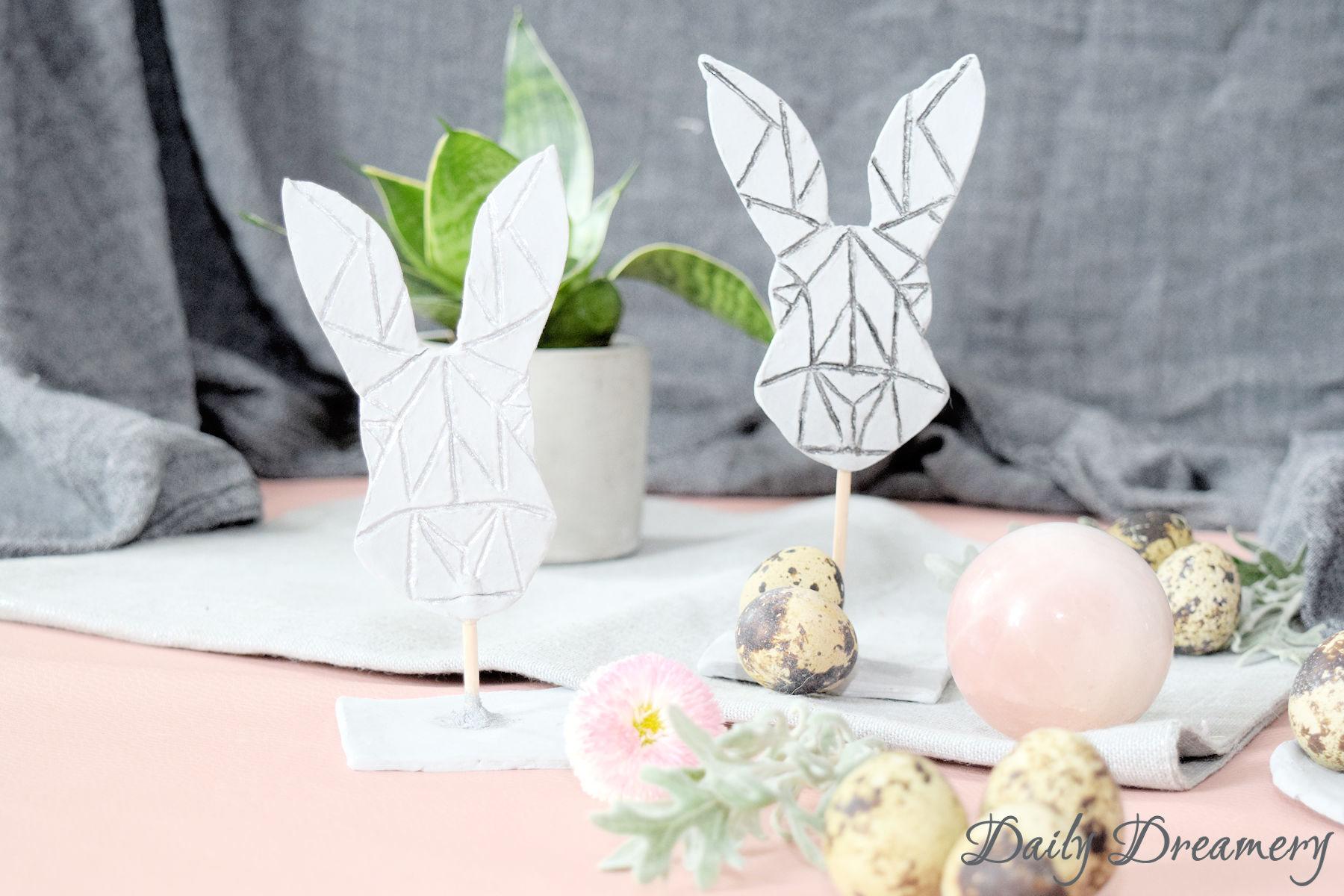 Diese modernen geometrischen Osterhasen sind eine tolle Osterdeko und ganz easy gemacht. Mit Printable und Modelliermasse wirst du zum Bildhauer. #DIY #Ostern #Easter #scandi
