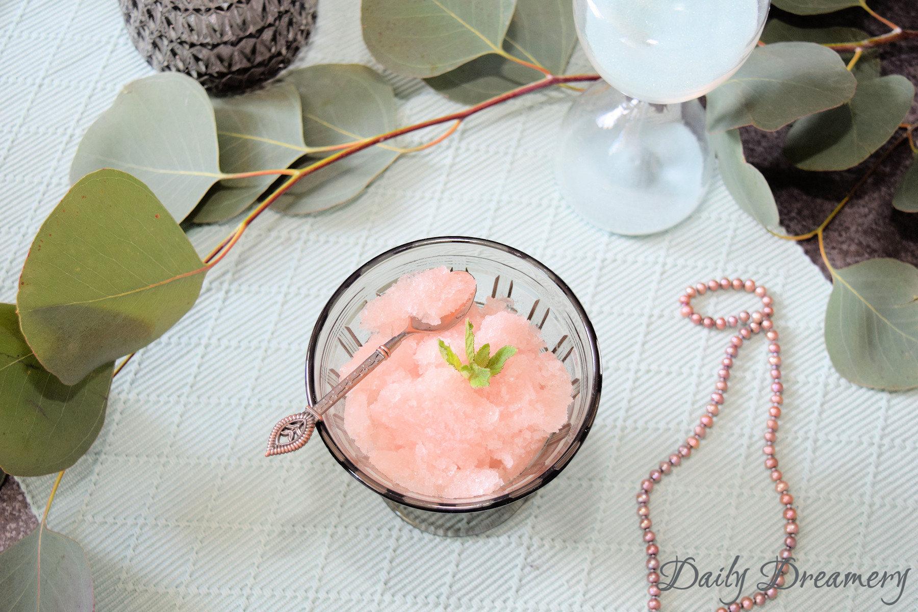 Rhabarber-Granita - dezent säuerliches. fruchtiges Wassereis ganz ohne Eismaschine #vegan #rhabarber #rhubarb #sweets #eis