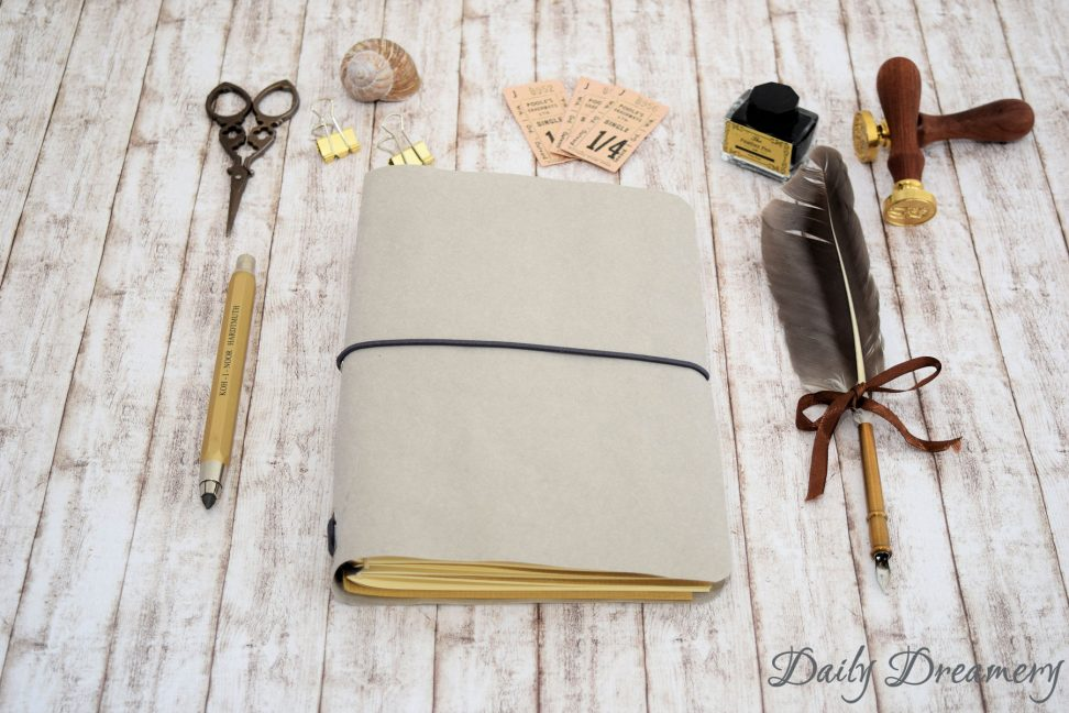 Traveler's Notebook Texi Pap A5 hellgrau, anthrazitfarbenes Band silberne Oesen