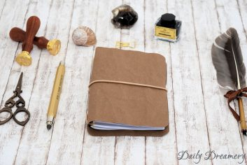 Traveler's Notebook Texi Pap A6 braun beiges Band silberne Oesen