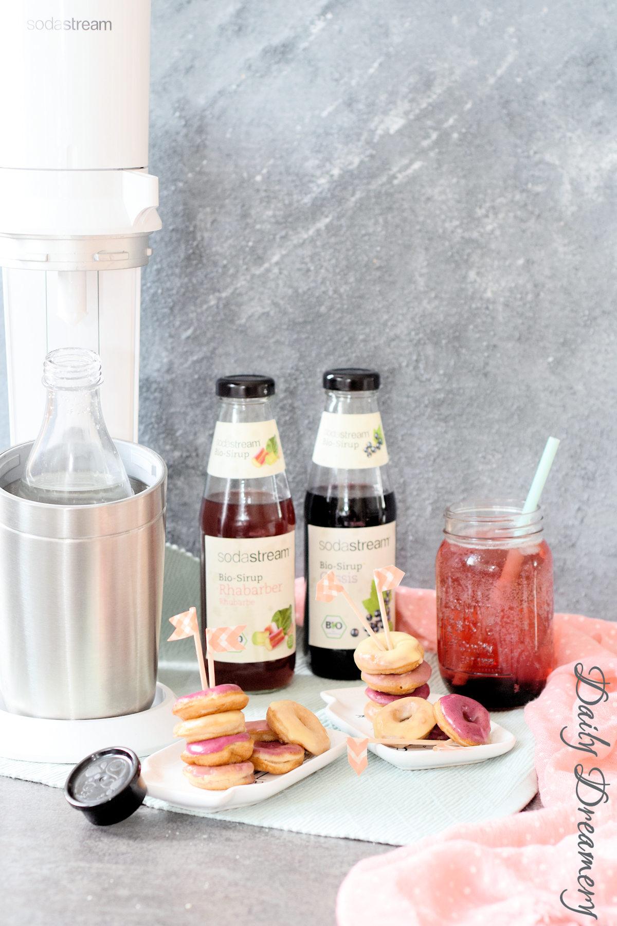 Rezept für vegane Mini-Donuts mit fruchtigem Guss und spritzige Bio-Limo vom SodaStream